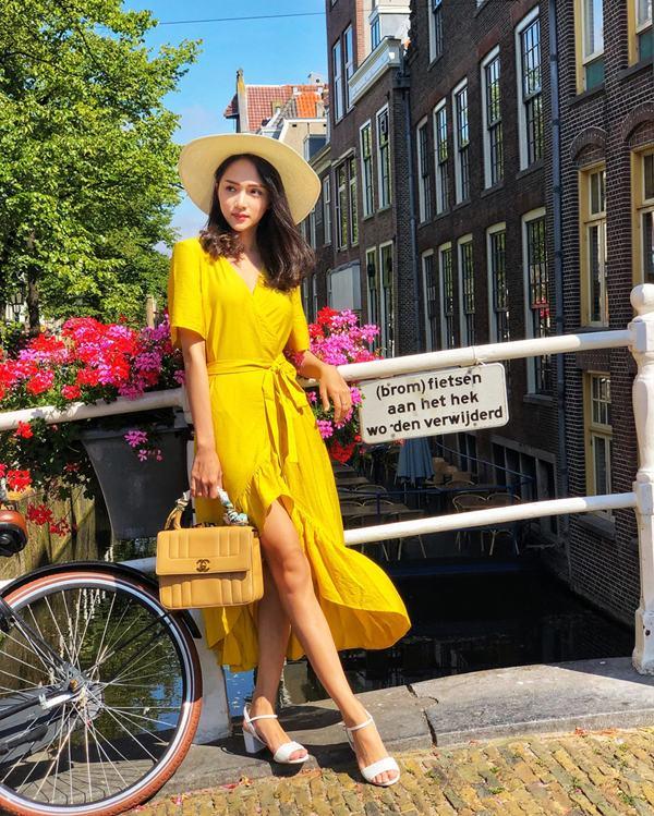 Dòng thời trang vintage tiếp tục đánh dấu sự lên ngôi ở mùa mốt mới. Váy cổ điển được thể hiện cuốn hút trên những tông màu hợp xu hướng như vàng tươi, xanh lá, kẻ sọc.