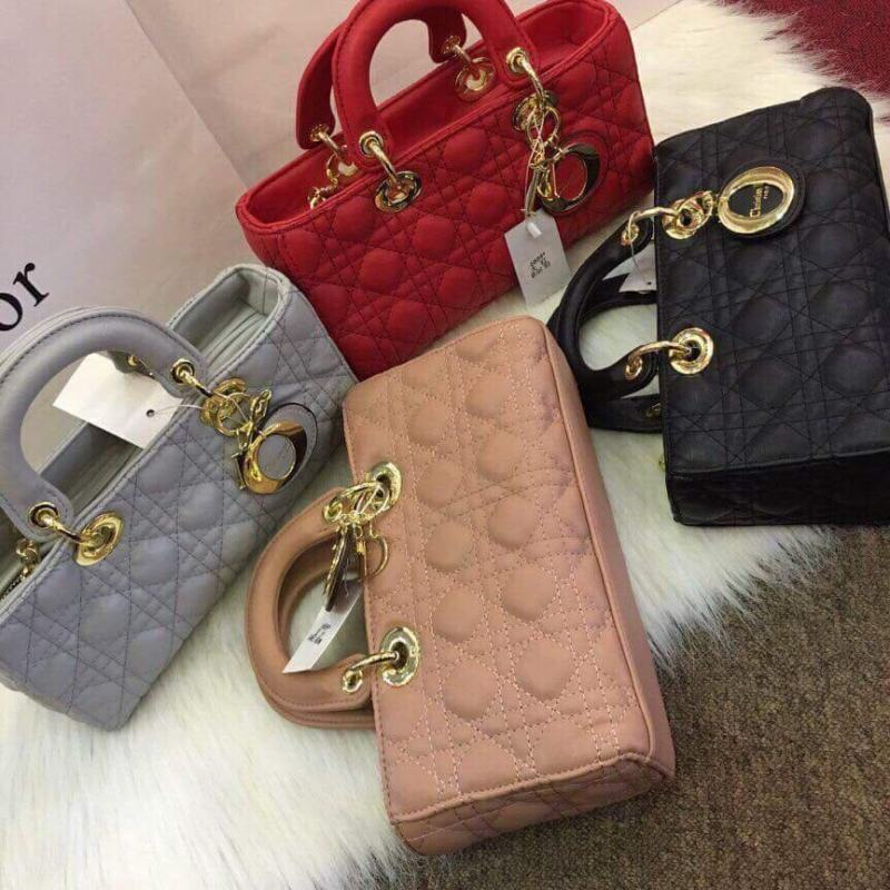 Tại cửa hàng Hạnh Chanel, túi xách Dior ngang có giá: 390.000 VNĐ