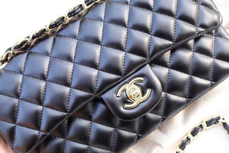 Tại cửa hàng Hạnh Chanel, túi xách Classic da thật (size 26cm) có giá: 400.000 VNĐ