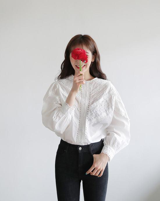 Sơ mi trắng cách điệu dễ dàng phối hợp cùng nhiều kiểu dáng trang phục. Nó được sử dụng để hoàn thiện các set đồ khi đến văn phòng và đi dạo phố.