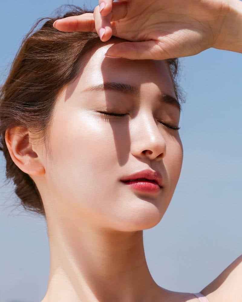 """Về cơ bản, những sản phẩm kem dưỡng ẩm tích hợp chống nắng không """"đủ đô"""" để có thể bảo vệ da dưới ánh nắng và tác hại của mặt trời."""