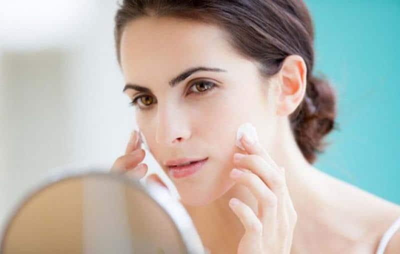 """nếu bạn cung cấp quá nhiều kem dưỡng ẩm cho da, khiến da bị """"bội thực"""", thì thậm chí da không được cải thiện, mà còn gây bít tắc lỗ chân lông, sinh ra mụn ẩn, mụn viêm,…"""