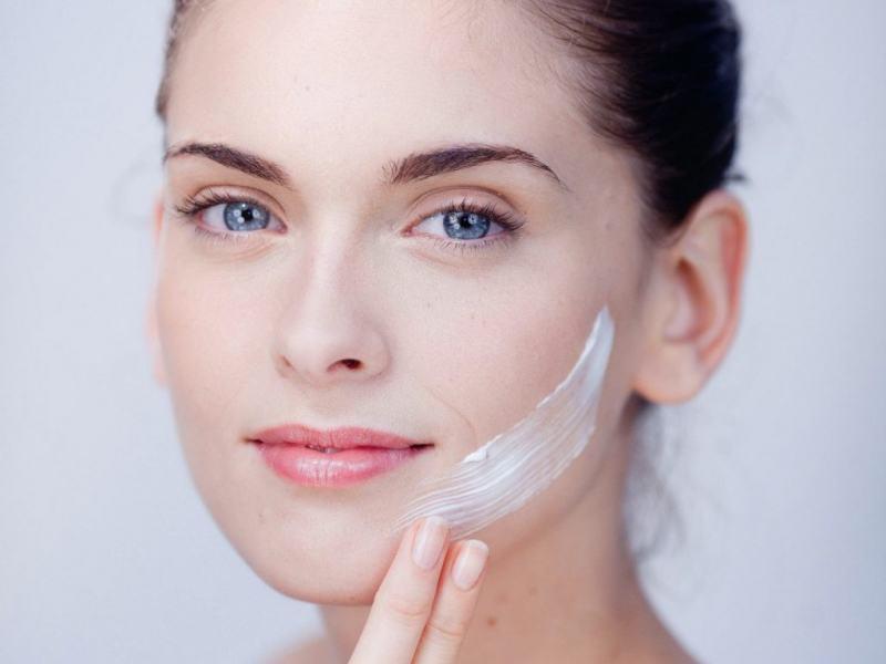 Trên thực tế, kem dưỡng ẩm không những không khiến da bạn đổ dầu nhiều hơn mà còn ngăn chặn, giảm thiểu lượng dầu trên da.
