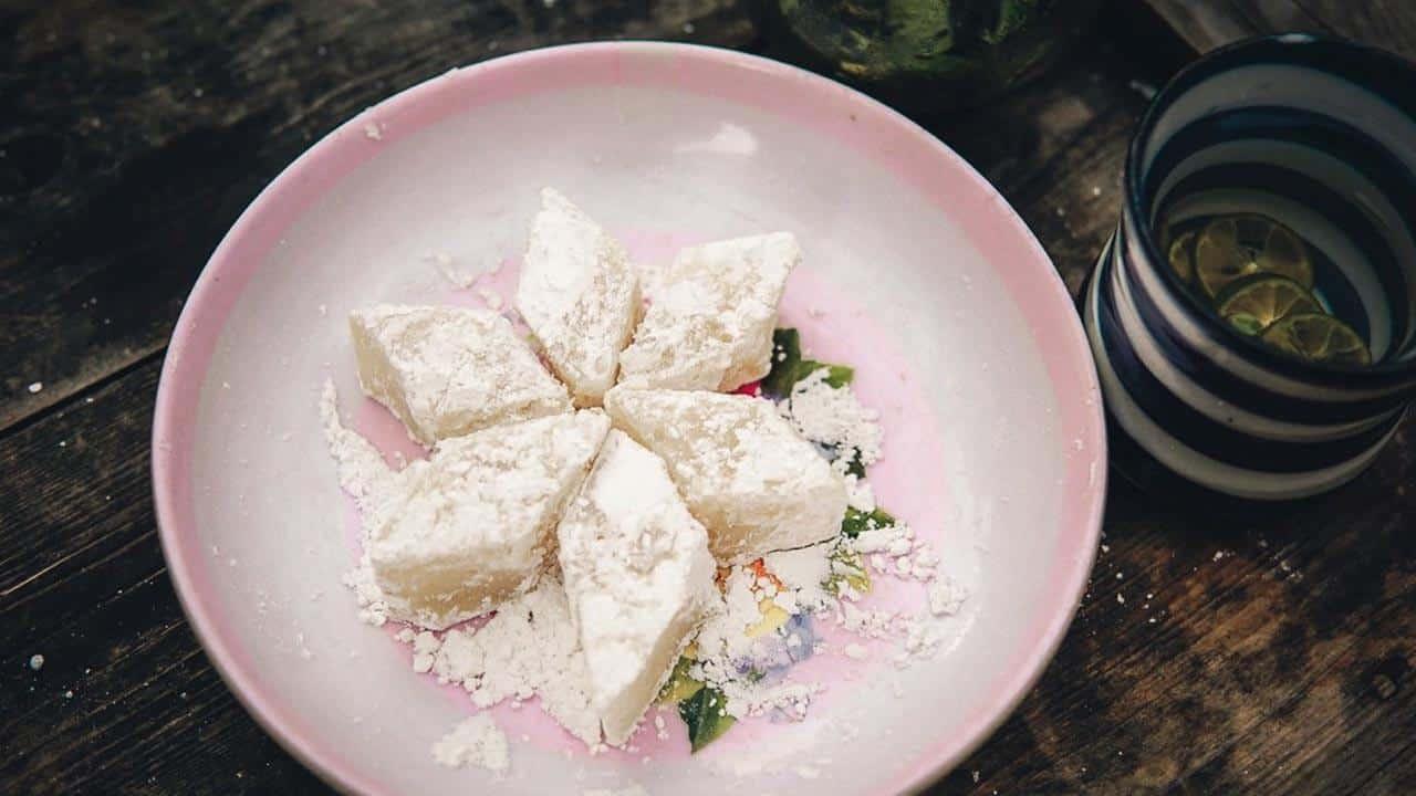 Điều làm nên sự khác biệt ở bánh hồng Tam Quan là gạo nếp Ngự có tiếng thơm dẻo.