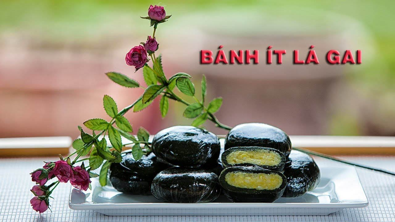 Bánh có màu xanh đen đặc trưng từ lá gai, một loại cây có tính thảo dược giúp giải độc gan và thanh nhiệt cơ thể.