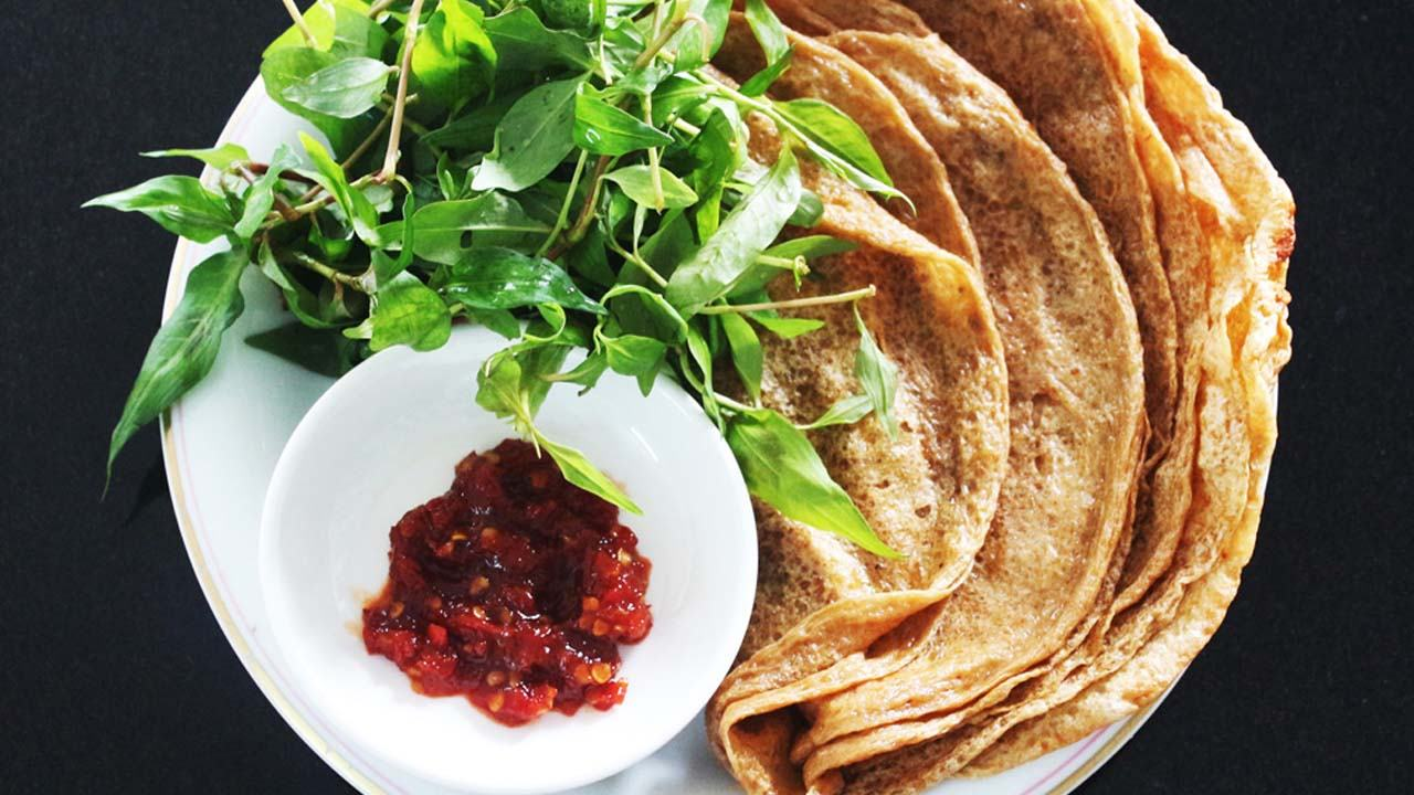 Bánh tráng chấm tí tương ớt xào sẽ ra vị đầm thắm, thơm nồng, đậm đà, ngon miệng.
