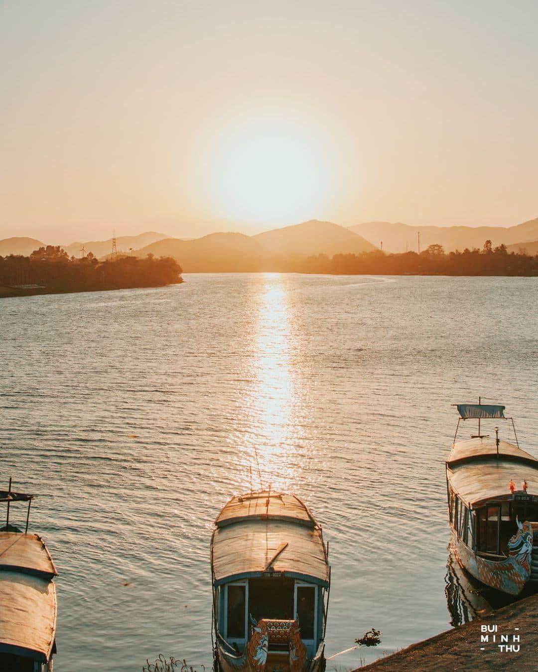 Hoàng hôn bên sông chùa Thiên Mụ. Ảnh: @meoluoicuon