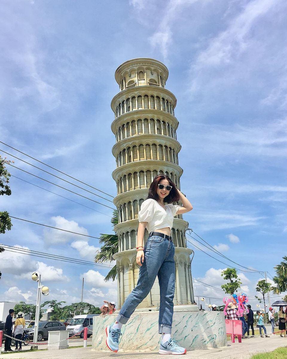 Muốn chụp ảnh với tháp nghiêng Pisa, tháp Effiel và cả Kim Tự Tháp thì chỉ cần đến công viên Kỳ Quan là có hết nhé