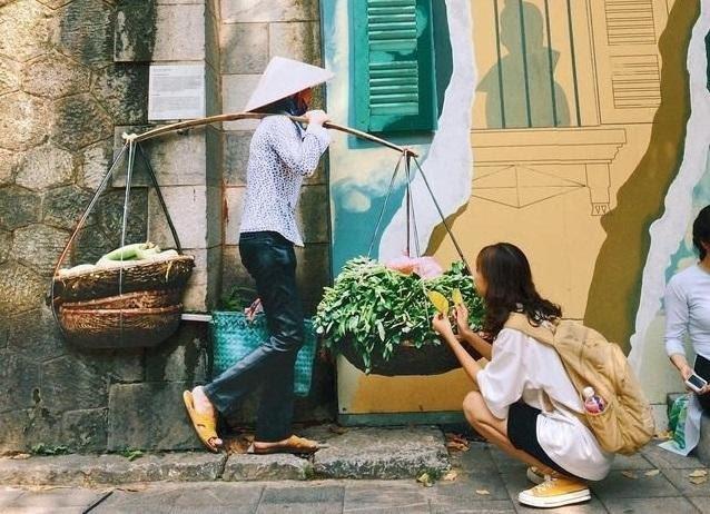 Phố bích họa Phùng Hưng, một trong những điểm check – in nổi tiếng tại Hà Nội. (Ảnh: Internet)