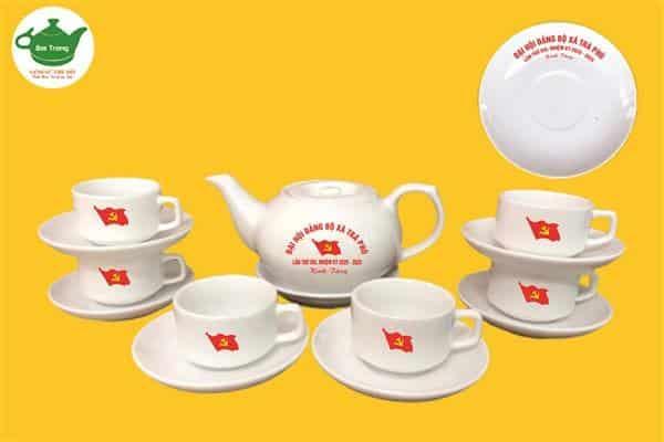 Bộ ấm trà sứ Bát Tràng in logo đại hội xã Trà Phú