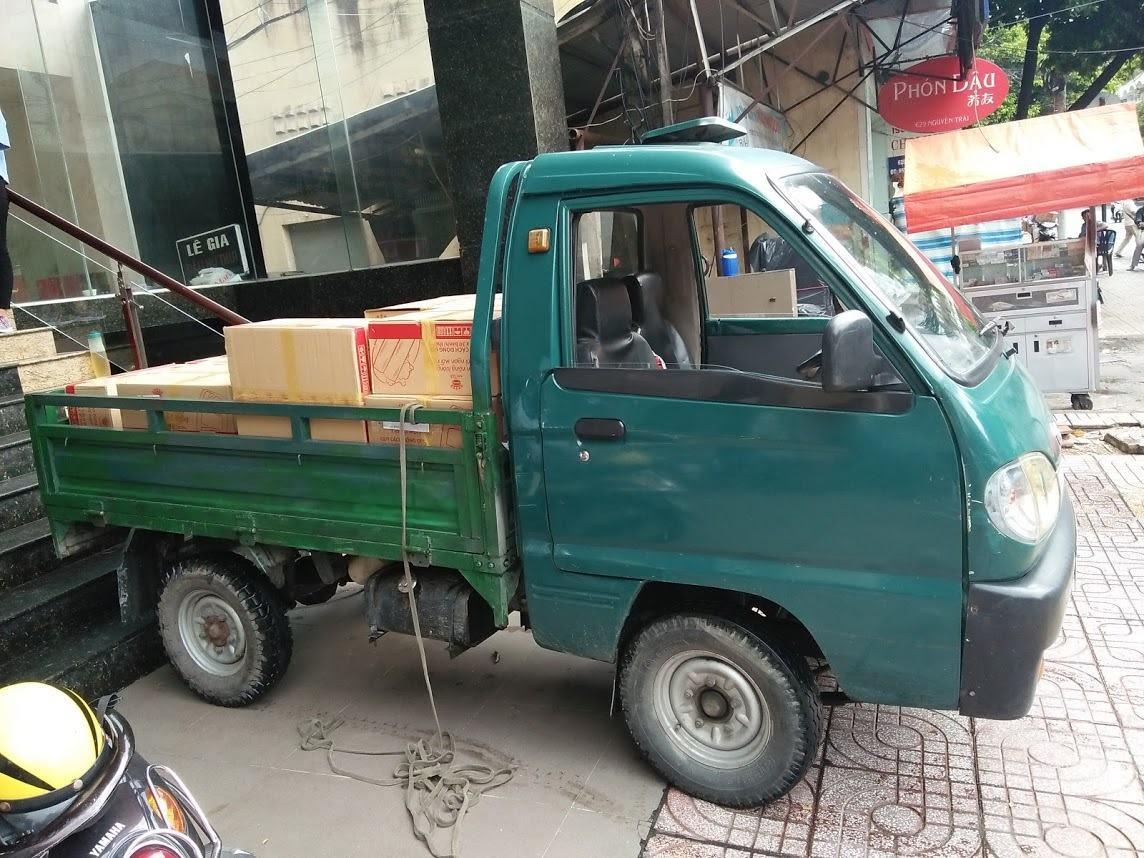 Xe ba gác dễ dàng len lỏi mọi con hẻm và có thể chở được đồ đạc nặng đến 600 ký