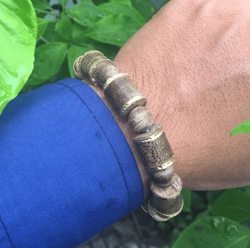 Vòng trầm hương Mã Lai 12 li bọc vàng có giá 6 triệu VNĐ