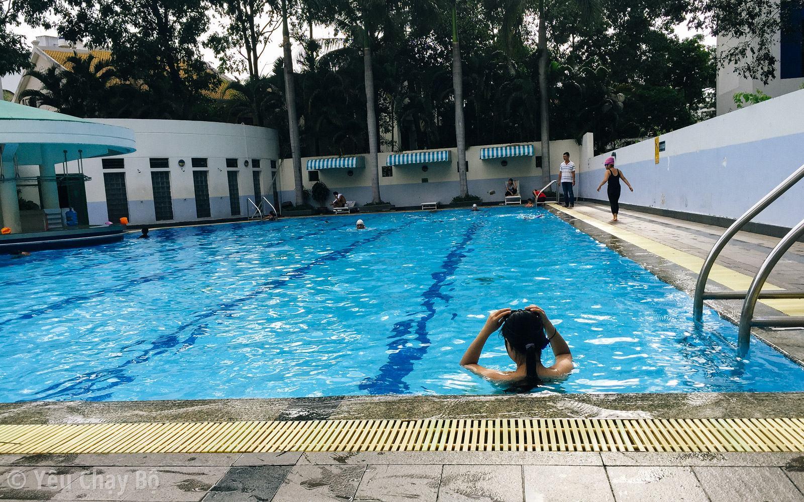Trưa nóng đi bơi thì còn gì bằng [Hồ bơi e-Town] • Yêu Chạy Bộ