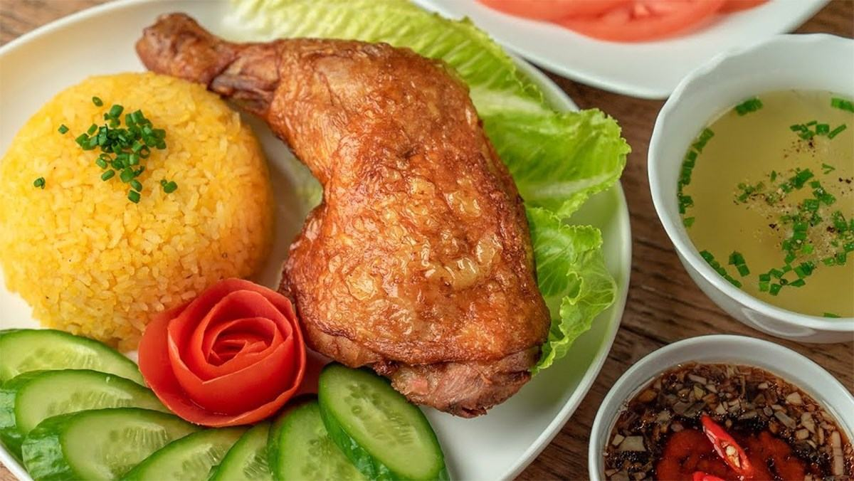 Cách làm cơm gà chiên xối mỡ ngon da vàng giòn rụm đơm giản
