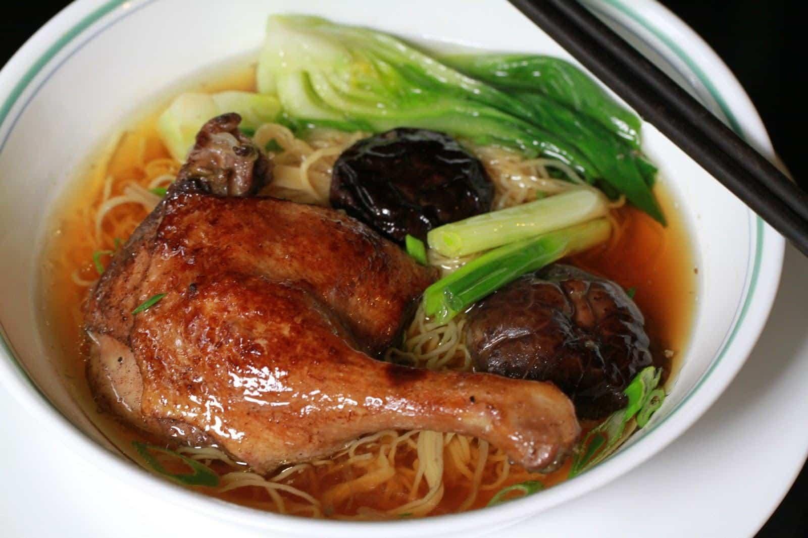Món mì vịt tiềm nổi tiếng trong giới ẩm thực. - NEU69.com