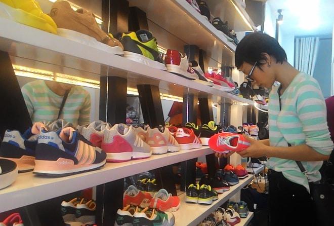 Giày hiệu giá bèo phần lớn là hàng Trung Quốc - Kinh doanh
