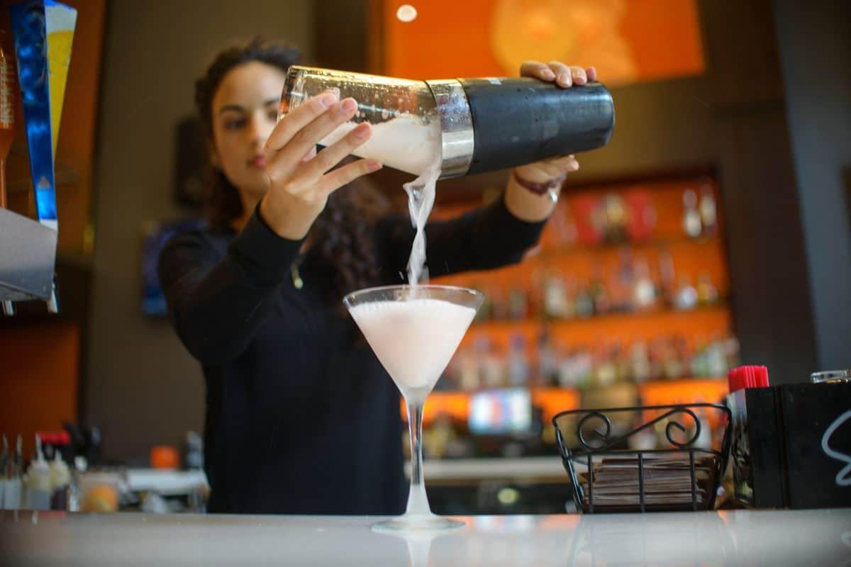 Phân biệt barista và bartender đúng cách, chính xác nhất hiện nay - Nguyễn Thuyên