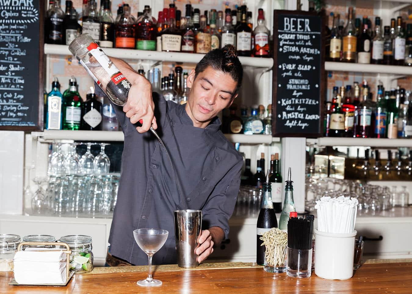 Pour Spout là gì? 6 điều về Pour Spout mà Bartender cần biết