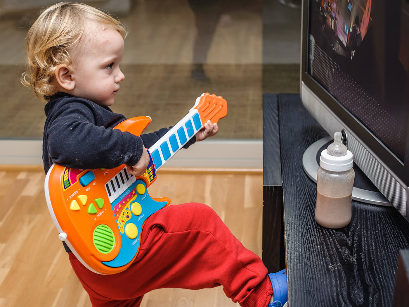 Major Keys: Why you should always play guitar while watching TV | Guitar.com | All Things Guitar