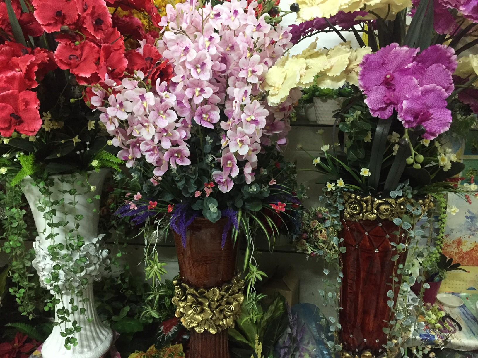 Tràn ngập hoa giả trang trí Tết giá bạc triệu - Báo Người lao động